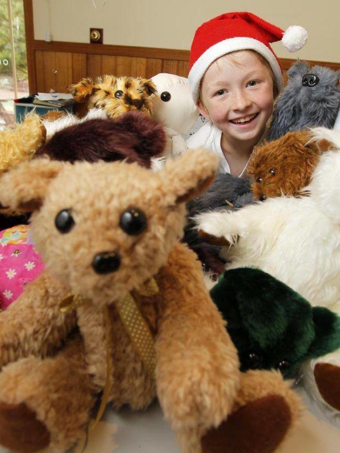 12-letni chłopiec nauczył się szyć i już stworzył ponad 800 miękkich zabawek dla chorych dzieci