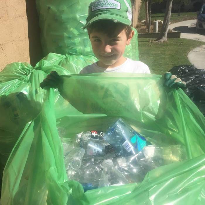 Chłopiec zebrał ponad 500 000 butelek, aby ocalić planetę. Prawdziwy przykład do naśladowania