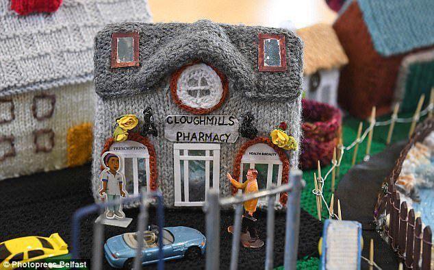 Kobiety pasjonujące się rękodziełem zrobiły na drutach realistyczną makietę swojej wioski