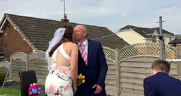 Mężczyzna i kobieta musieli odwołać ślub z powodu kwarantanny, ale ich syn i córka zorganizowali dla rodziców ślub