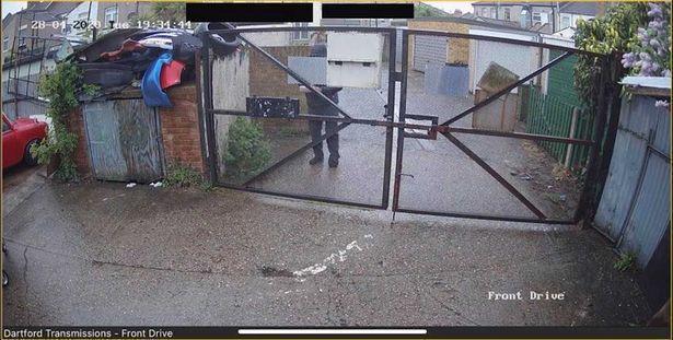 Mężczyźnie zniknęła paczka. Kiedy przejrzał nagranie z kamer, jego zaskoczenie nie miało granic