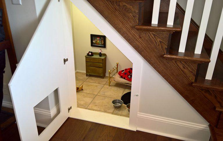 Pewna kobieta zbudowała pod schodami sypialnię dla swojego psa, a szczegóły są po prostu imponujące