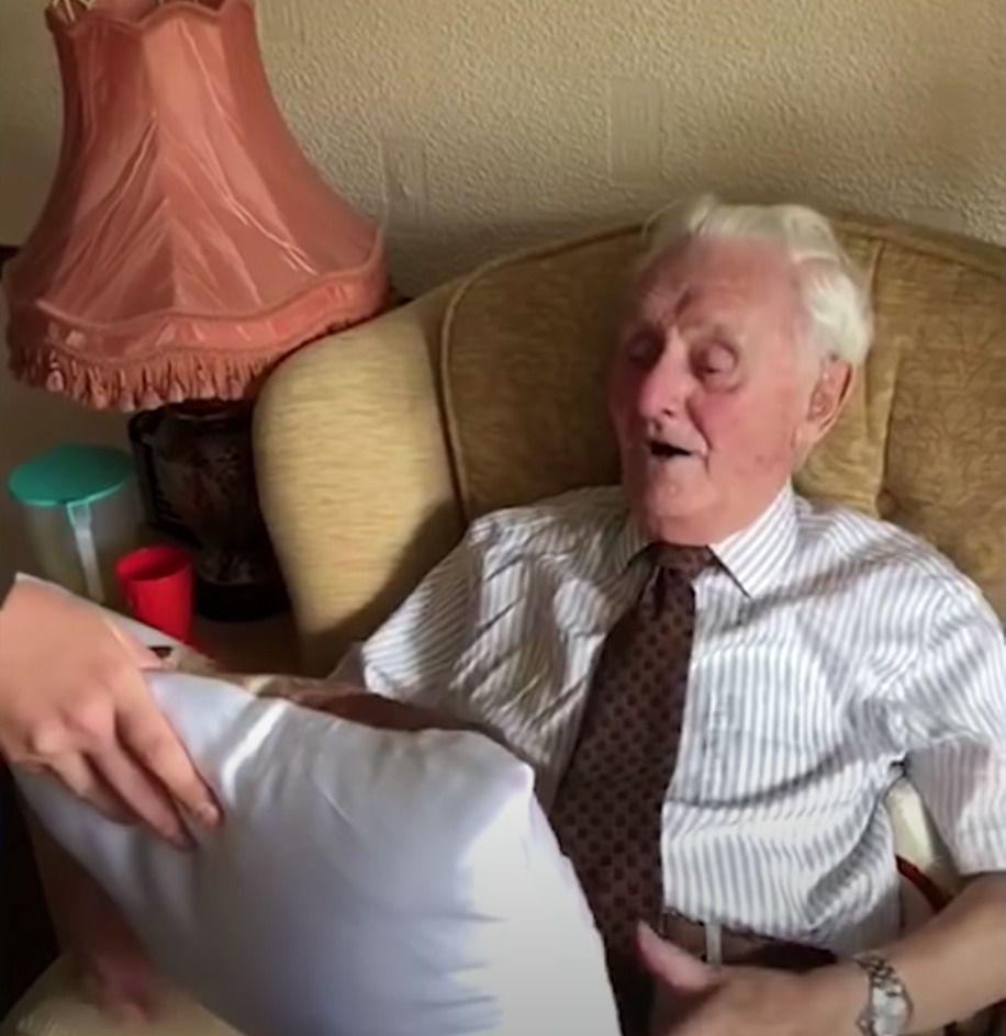 Starszy pan tęsknił za żoną, aż wreszcie personel domu opieki zrobił mu wzruszający prezent