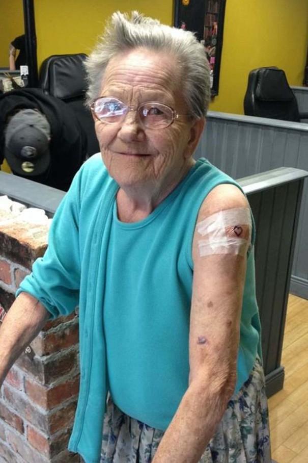 79-letnia zaginiona babcia wkrótce znalazła się w salonie tatuażu, gdzie zrobiła pierwszy tatuaż w życiu