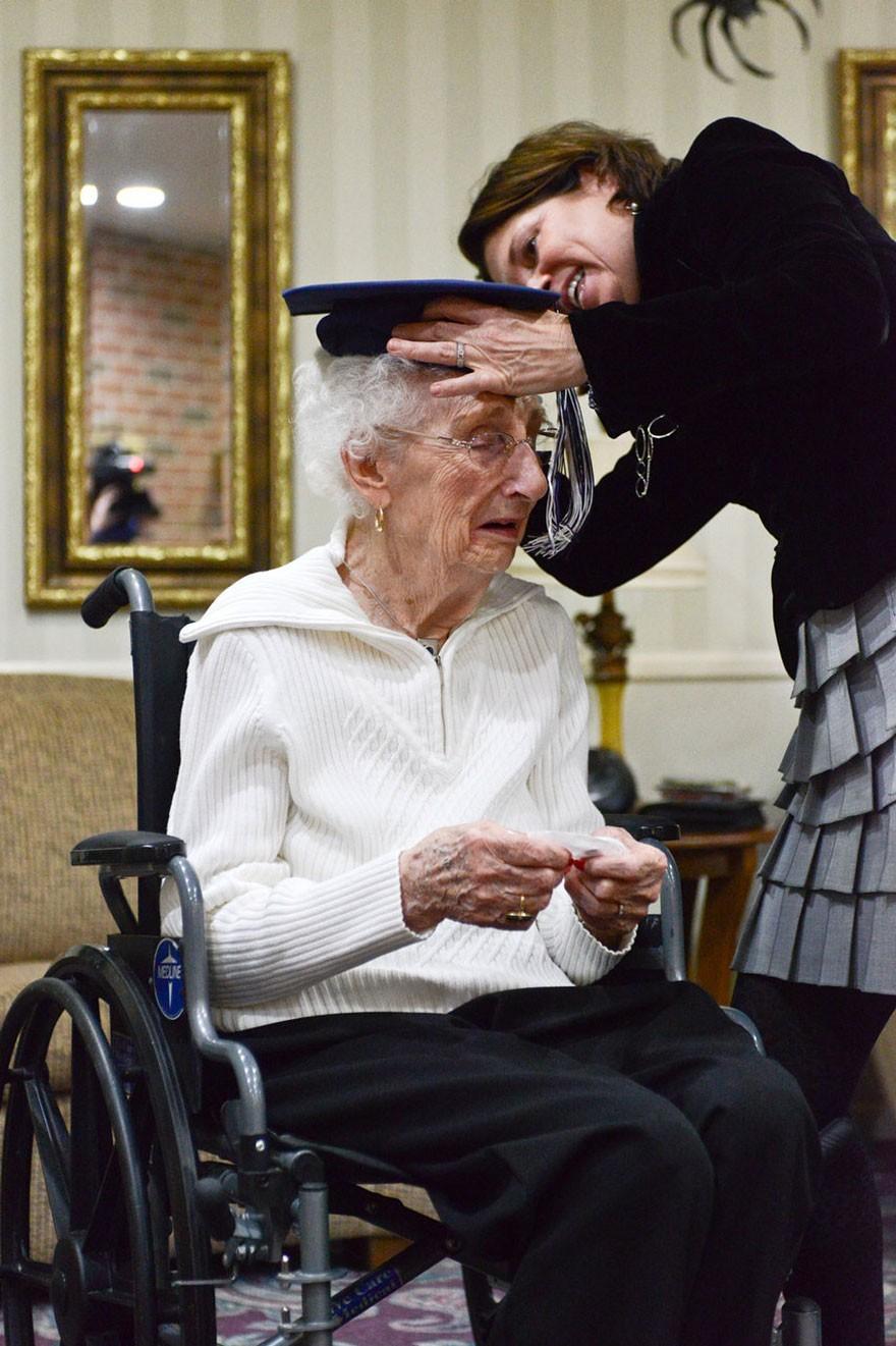 97-letnia staruszka rozpłakała się ze szczęścia, kiedy w końcu otrzymała świadectwo maturalne