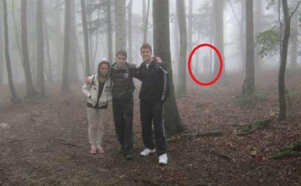 Nastolatkowie zrobili zdjęcie w lesie i po jego obejrzeniu zobaczyli kogoś, kto ich obserwował