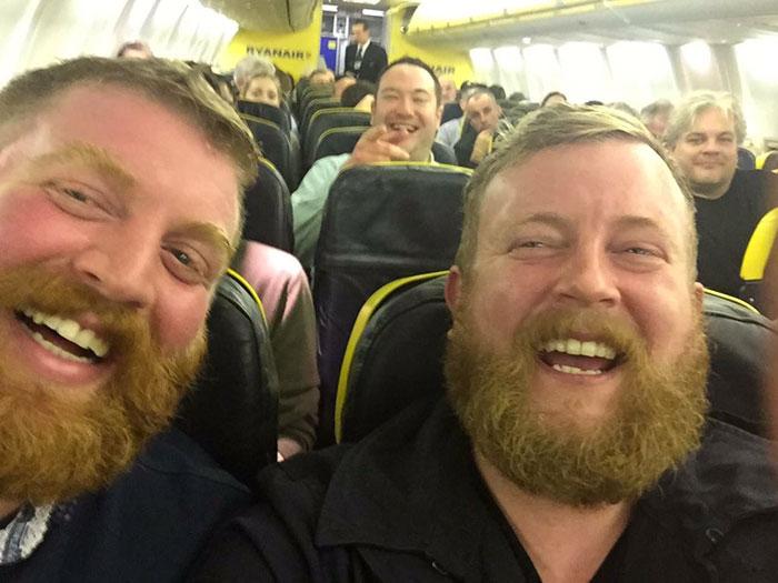 Pasażer w samolocie usiadł obok nieznajomego, który wygląda dokładnie tak, jak on sam