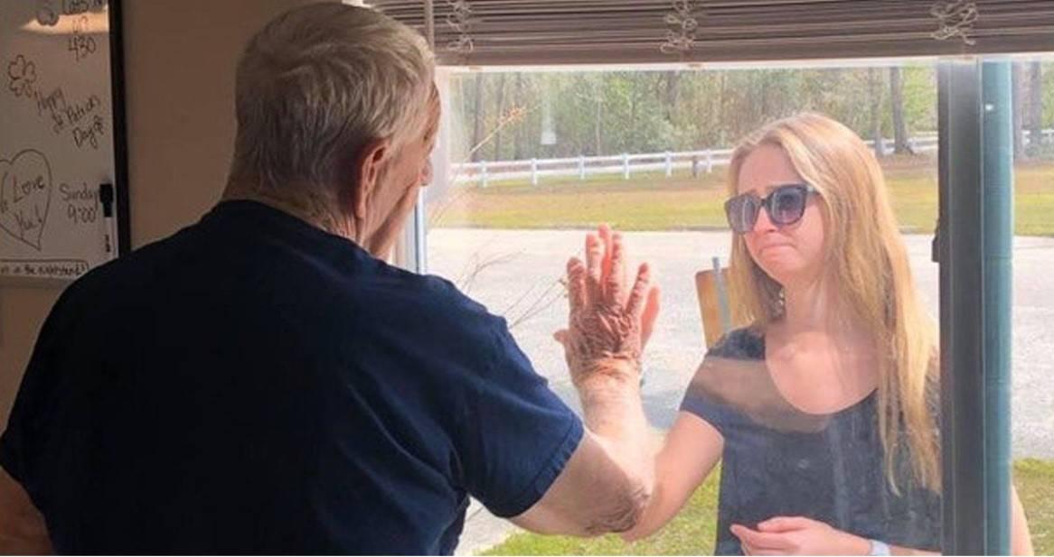 W okresie kwarantanny wnuczka znalazła bardzo wzruszający sposób, by powiedzieć dziadkowi o swoich zaręczynach