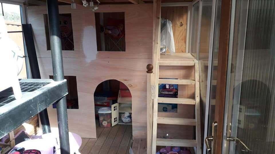 14-letni chłopiec za tydzień zbudował domek dla swojej młodszej siostry. Teraz dostaje oferty pracy z całego świata