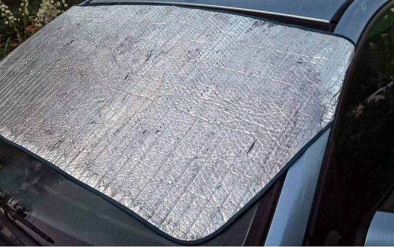Dlaczego osłona przeciwsłoneczna na przednią szybę samochodu może wyrządzić więcej szkody niż pożytku