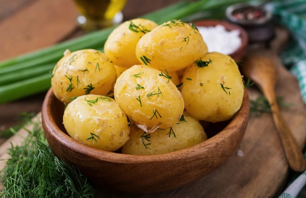 Jak ugotować młode ziemniaki? Błędy podczas gotowania młodych ziemniaków