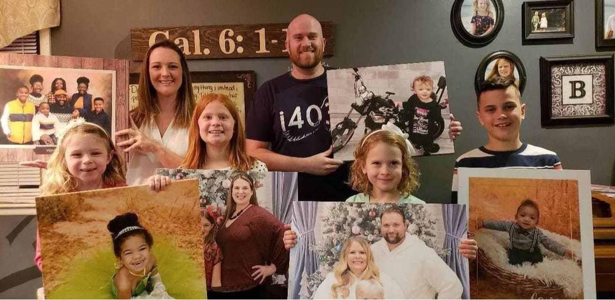 Mężczyzna znalazł cudze zdjęcia w studiu fotograficznym i postanowił zwrócić portrety właścicielom