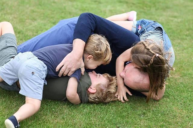 Pałac Kensington prezentuje nowe zdjęcia księcia Williama z dziećmi