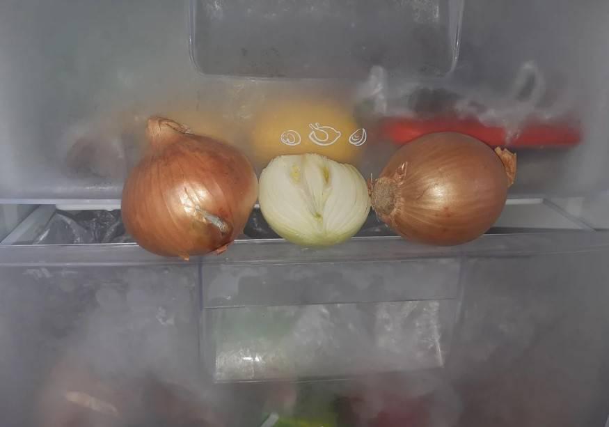 Po co wkładać cebulę do zamrażarki
