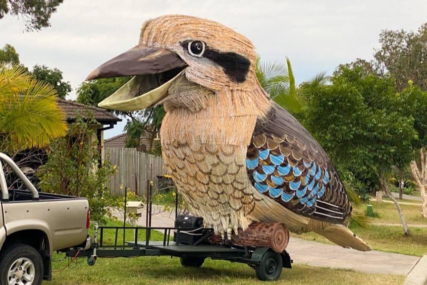 Podczas kwarantanny mężczyzna zabawia ludzi śmiejącym się ptakiem o wadze 750 kg
