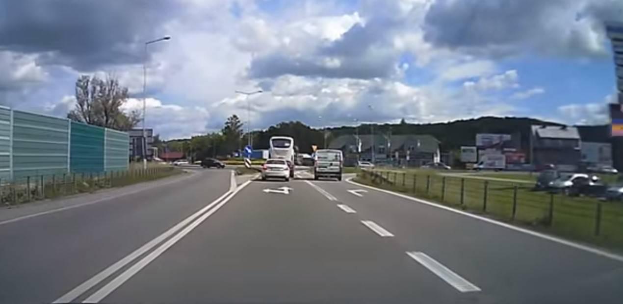 W Polsce mężczyzna wyskoczył z jadącego autobusu przez okno