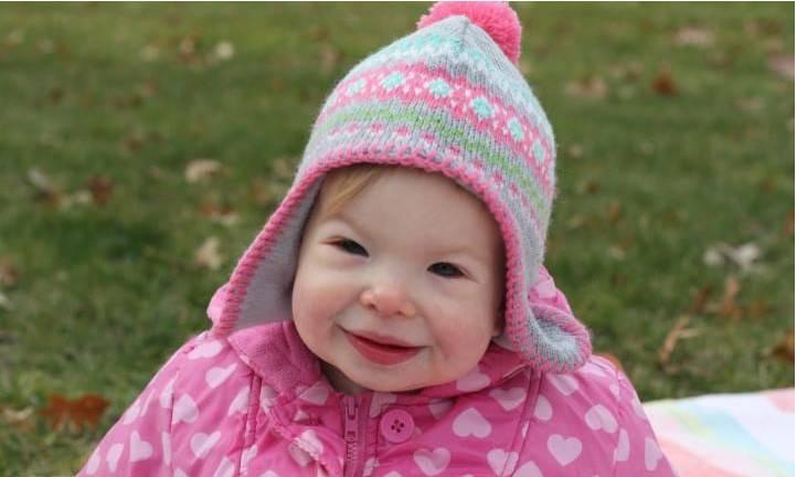 Z powodu twarzy elfa ludzie wokół niej myślą, że dziewczynka jest zawsze szczęśliwa, ale tak nie jest