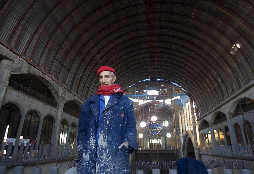 Pewny człowiek od 50 lat buduje katedrę dosłownie z niczego. Co z tego wyszło