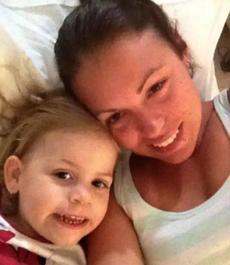 Kobieta, która spała z córką, obudziła się w nocy z powodu głośnego syczenia kota i zobaczyła w łóżku nieproszonego gościa